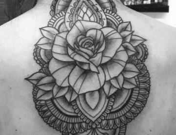 Ornamentik Blüte Tattoo von Laura gestochen - TattooStudio & PiercingStudio- Freiburg