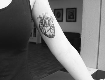 Herz Tattoo von Laura gestochen - Blutkunst Tattoostudio & Piercingstudio - Freiburg