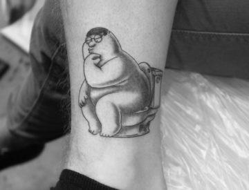 Peter Griffin - the stinker, Tattoo von Laura gestochen - Blutkunst Tattoo & Piercing - Freiburg