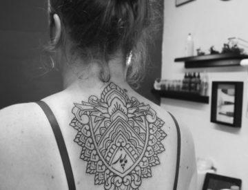 Ornamentik Rücken, von Laura gestochen - Blutkunst Tattoo