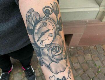 Blutkunst Tattoo neotraditionaltattoo Nepotrad Uhr Rose